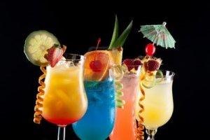 14177736-tequila-sunrise-blue-lagoon-rum-runner-et-bahama-mama-cocktails-sur-fond-noir-sur-la-surface-de-refl